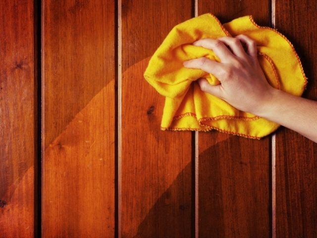 Cómo limpiar madera encerada?