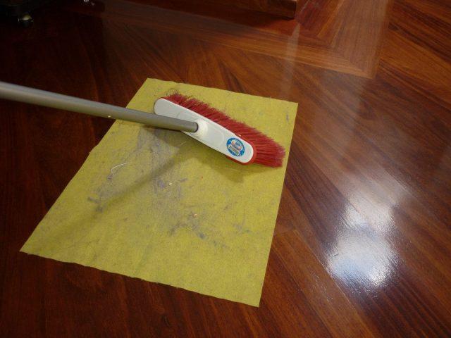 C mo limpiar pisos flotantes for Como quitar las manchas del piso del bano