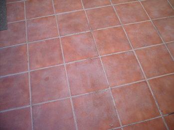 C mo limpiar un piso de baldosas for Como quitar manchas de pintura de aceite del piso