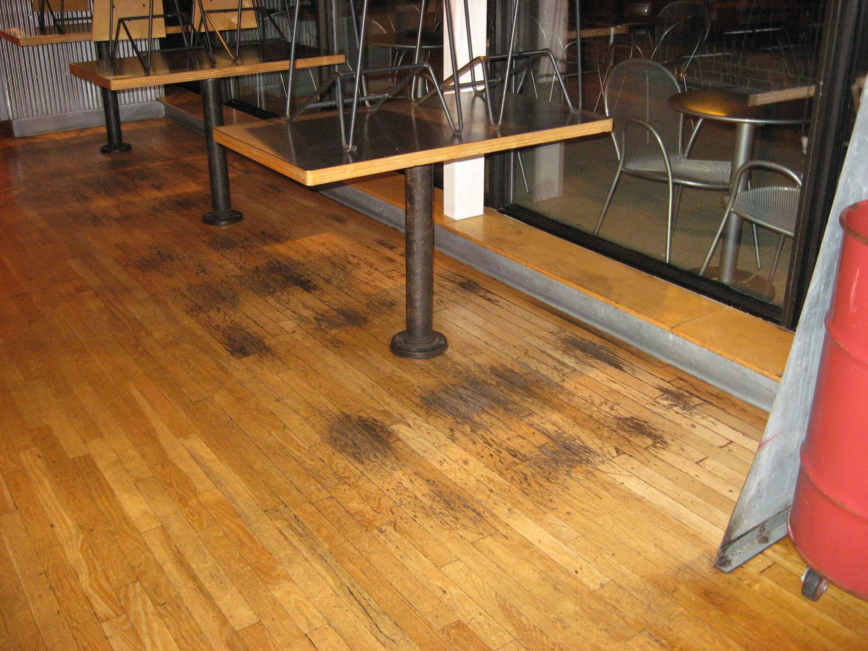 C mo limpiar madera manchada for Como quitar las manchas del piso del bano