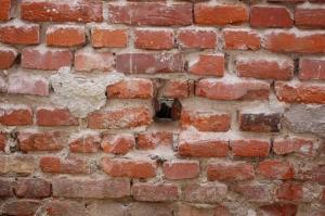 Cómo limpiar y quitar manchas de cemento sobre ladrillos rojos?