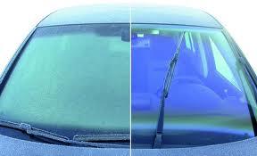 Cómo limpiar o desempañar el parabrisas de un auto?