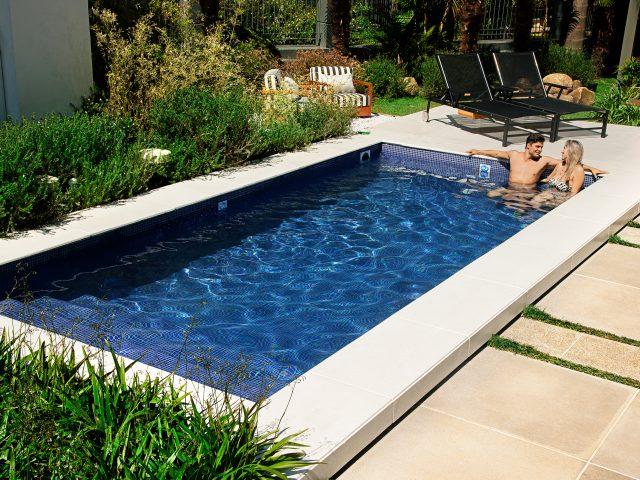 C mo limpiar una piscina de fibra de vidrio o pl stico for Como se hace una piscina