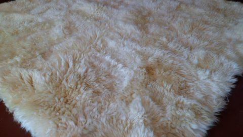 como-limpiar-una-alfombra-de-piel-de-oveja