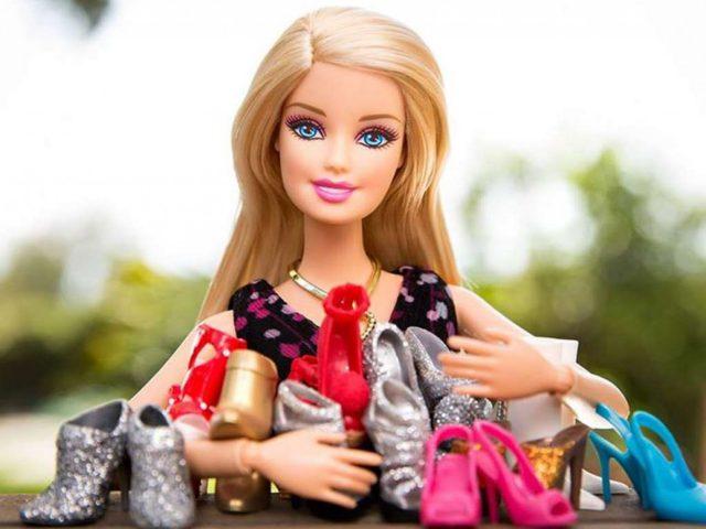 C mo limpiar una barbie - Limpiar la casa de barbie ...