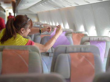 como limpiar la cabina de un avion