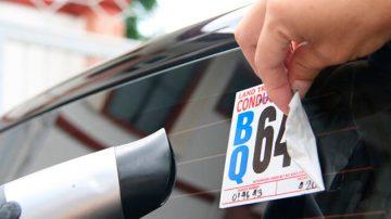 como quitar calcomania del vidrio del auto?