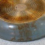 Machas de grasa quemada en un sartén de acero inoxidable